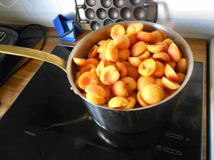 Een pan vol abrikozen