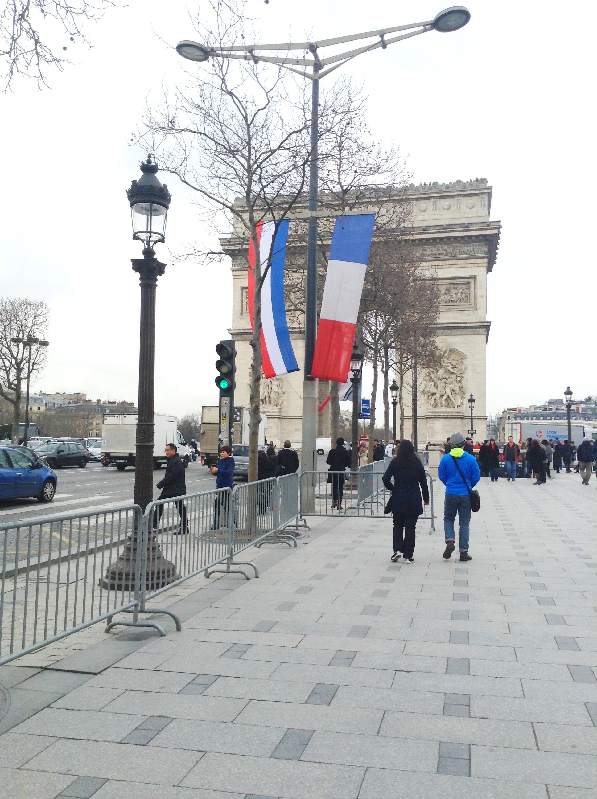 Nederlandse en Franse vlaggen op de Champs Elysées